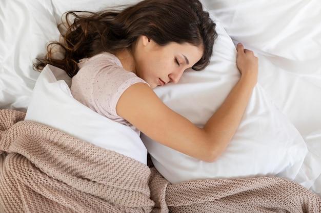 Vista superior, mujer, en cama, sueño
