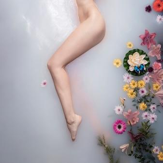 Vista superior mujer disfrutando el tratamiento de cuidado de la piel