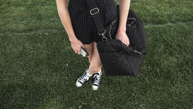 Vista superior de una mujer con equipaje