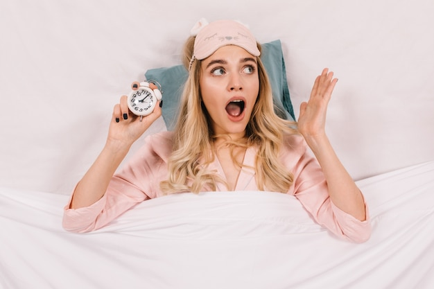 Vista superior de mujer gritando con reloj