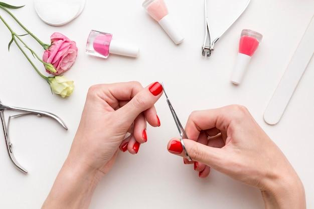 Vista superior mujer haciendo manicura de mano