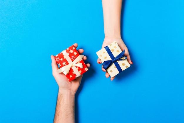 Vista superior de una mujer y un hombre intercambiando regalos