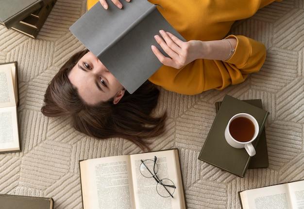 Vista superior, mujer, lectura