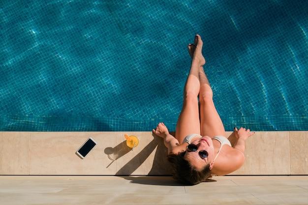 Vista superior de la mujer en la piscina