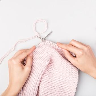 Vista superior de mujer tejiendo