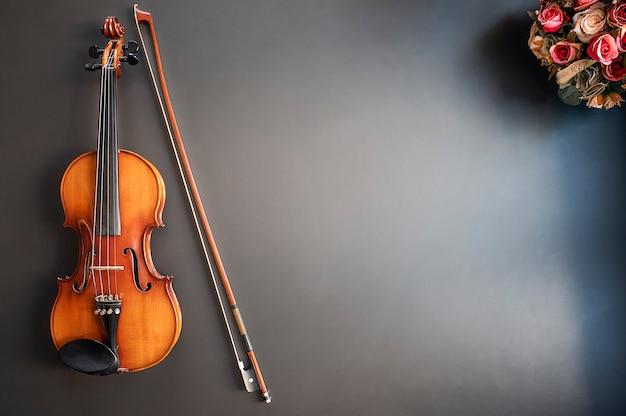 Vista superior del musical del violín en fondo azul con el espacio de la copia.