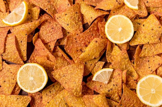 Vista superior de nacho chips con limón