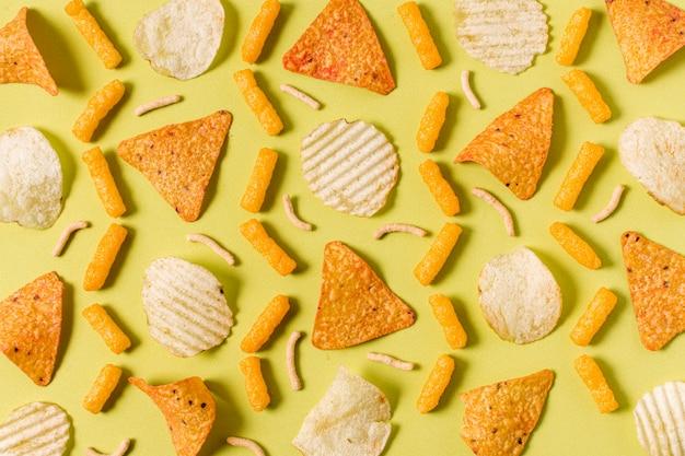 Vista superior de nacho chips con papas fritas y hojaldres con queso