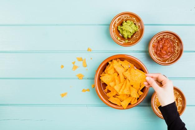 Vista superior de nachos y guacamole