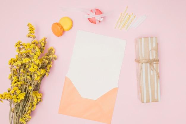 Vista superior naranja maqueta de invitación