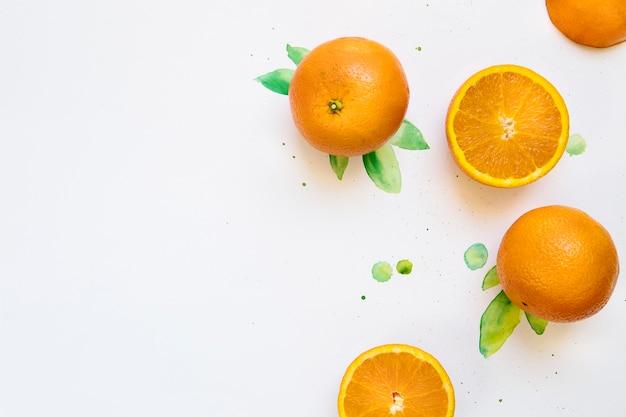 Vista superior de naranjas sobre fondo blanco y hojas verdes de acuarela con copyspace a la izquierda