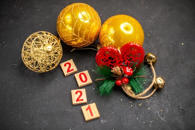 Vista superior de navidad adornos colgantes bloque de madera sobre superficie oscura