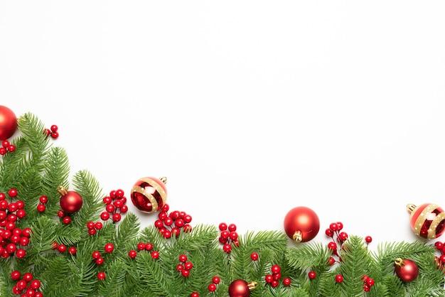 Vista superior de navidad de ramas de abeto, piñas, frutos rojos y campana