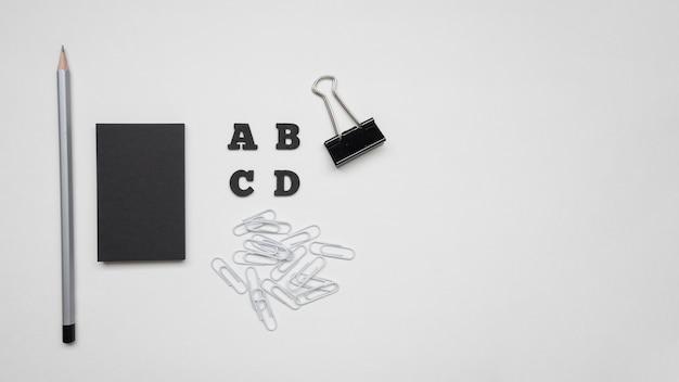 Vista superior negro tarjeta de visita y bolígrafo