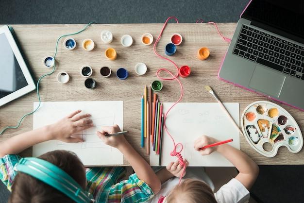 Vista superior de niños pintando algo