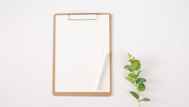 Vista superior de la nota en blanco del libro blanco.