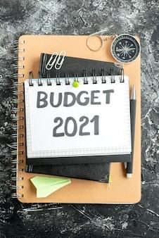 Vista superior de la nota presupuestaria en el bloc de notas con bolígrafo sobre la superficie oscura de color de la escuela estudiante banco de dinero trabajo finanzas empresariales