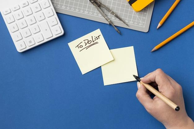 Vista superior de notas adhesivas con lista de tareas pendientes