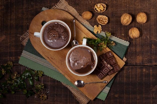 Vista superior de nueces y chocolate caliente.