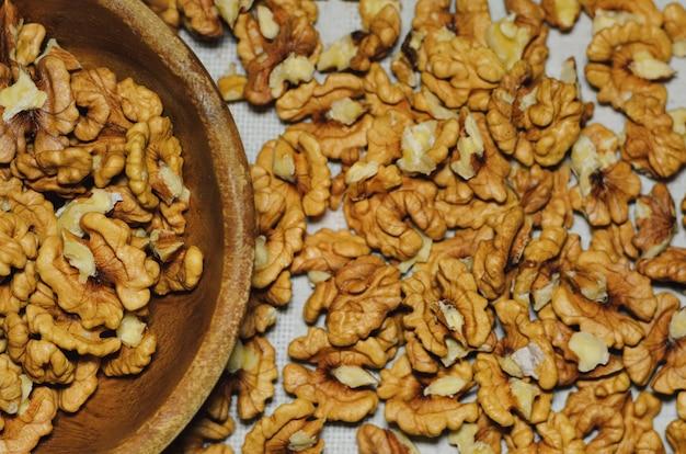 Vista superior de nueces sobre manteles de cocina natural
