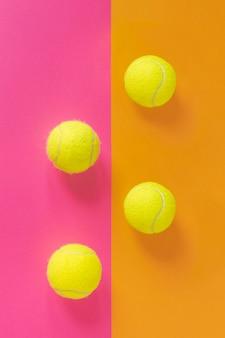 Vista superior de nuevas pelotas de tenis.