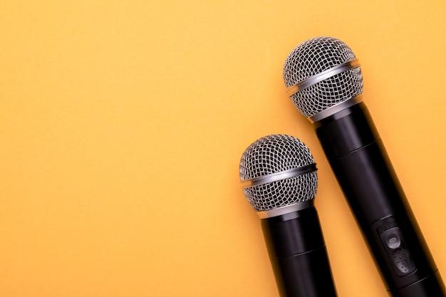 Vista superior nuevo micrófono inalámbrico negro.