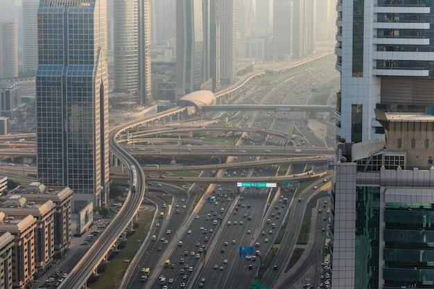 Vista superior de numerosos coches en un tráfico en dubai, emiratos árabes unidos.