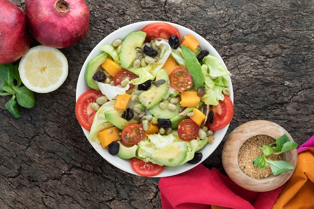Vista superior nutritiva ensalada de verano en un tazón