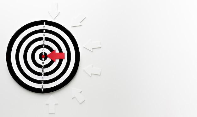 Vista superior del objetivo con flechas y espacio de copia