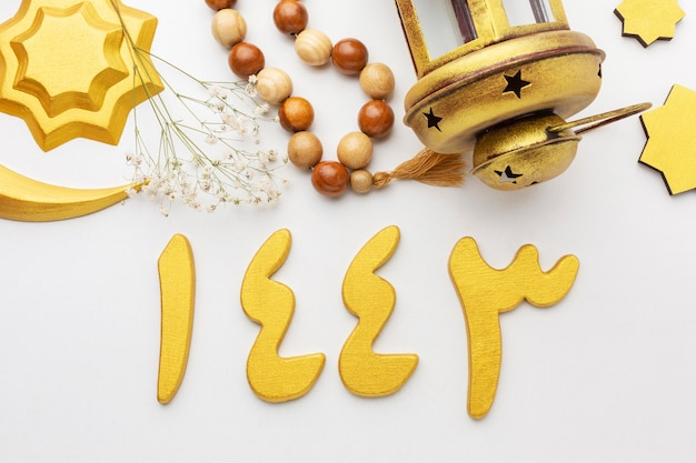 Vista superior de objetos decorativos de año nuevo islámico con lámpara y cuentas