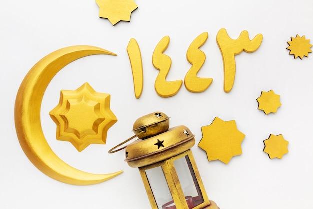 Vista superior de objetos decorativos islámicos de año nuevo con lámpara y símbolo de la luna