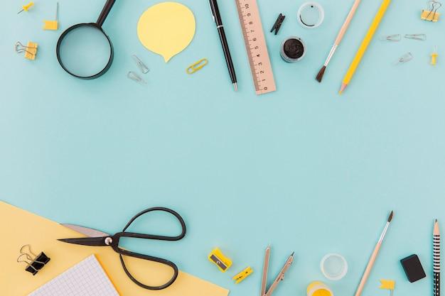 Vista superior de objetos de escritorio en la mesa