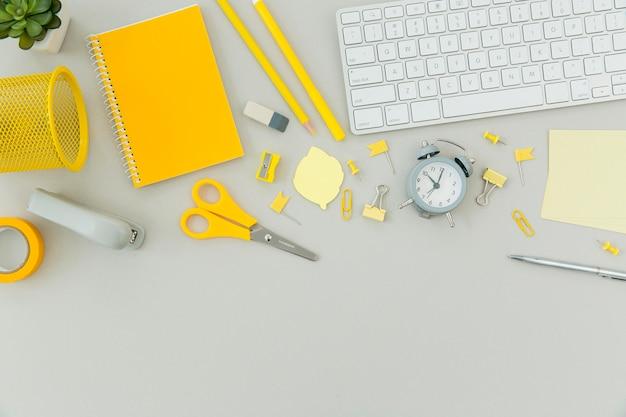 Vista superior de objetos de escritorio con teclado