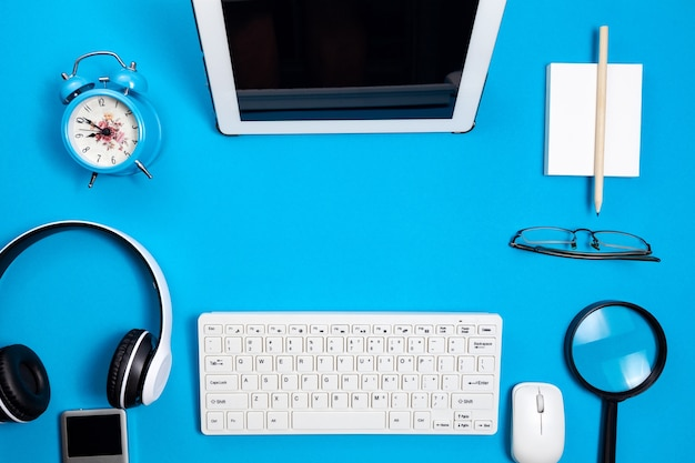 Vista superior de objetos de negocios en la mesa azul en la oficina de negocios