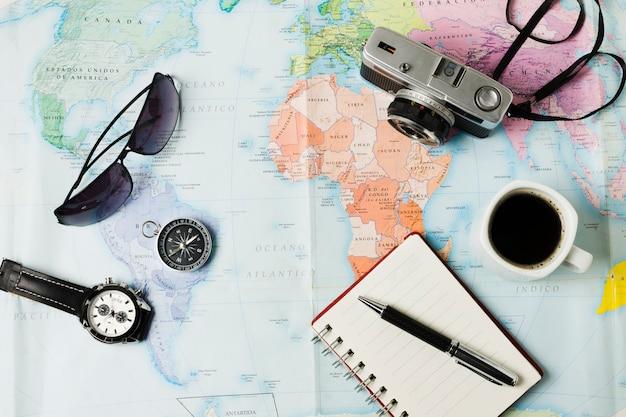 Vista superior de los objetos de viaje en el fondo del mapa