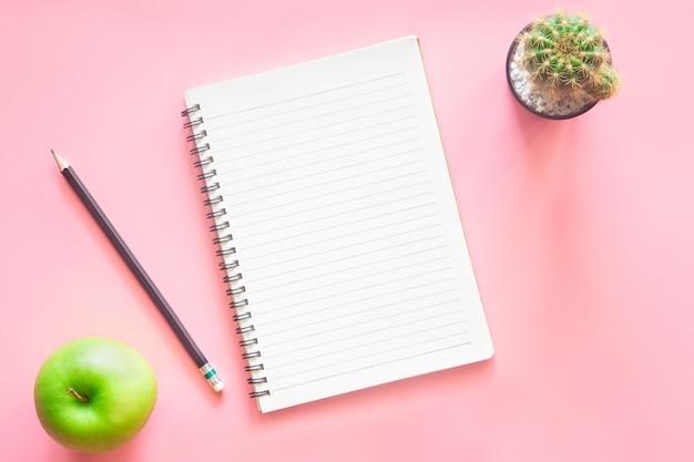 Vista superior de la oficina de escritorio rosa pastel con espacio de copia para ingresar el texto.