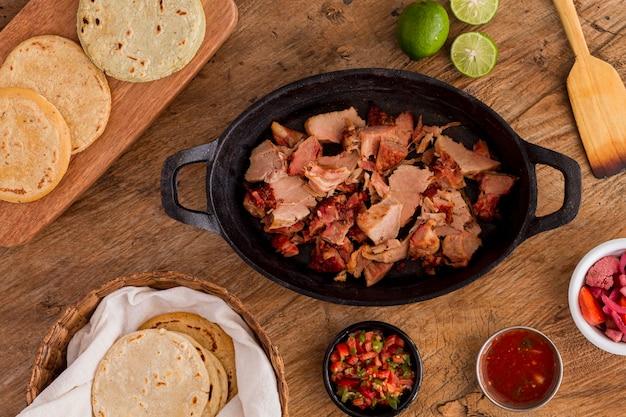 Vista superior de la olla con relleno de arepas y salsa
