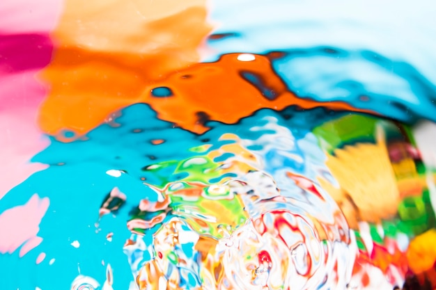 Vista superior de ondas de agua multicolor