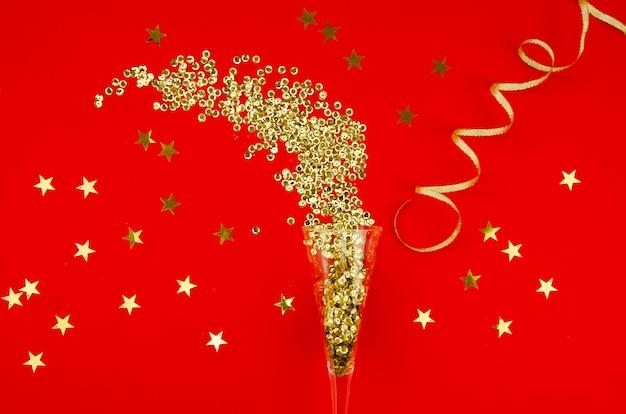 Vista superior de oro brillo con confeti