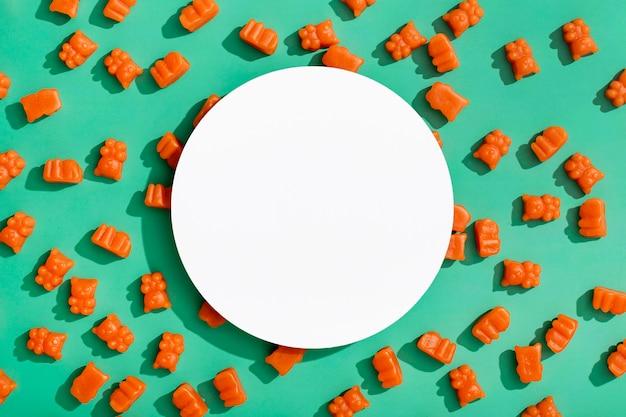 Vista superior de ositos de goma con espacio de copia