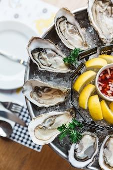 Vista superior de ostras frescas y muchos tipos de ostras frescas.
