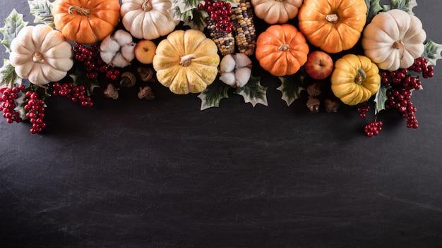 Vista superior de otoño las hojas de arce con calabaza para el concepto del día de acción de gracias.
