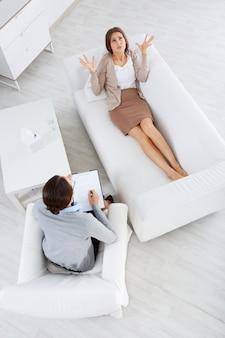 Vista superior de paciente hablando con su psicóloga