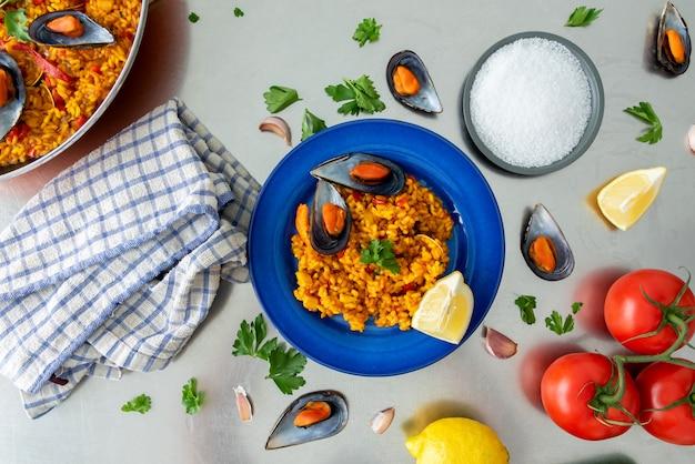 Vista superior de una paella española en plato sobre mesa
