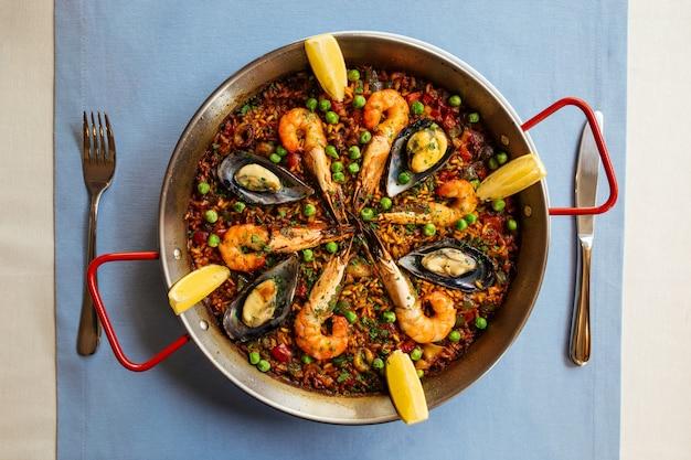 Vista superior de la paella de plato de arroz nacional español con mariscos en una sartén