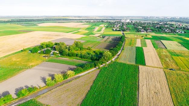 Vista superior del paisaje rural en día soleado de primavera. casa y campo verde. fotografía con drones