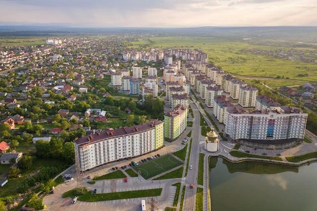 Vista superior del paisaje urbano de la ciudad en desarrollo