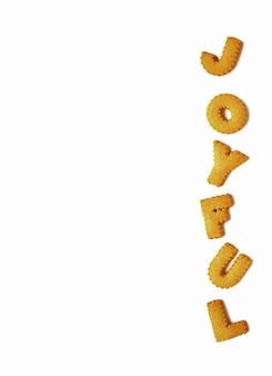 Vista superior de la palabra alegre, hecha con galletas en forma de alfabeto sobre fondo blanco