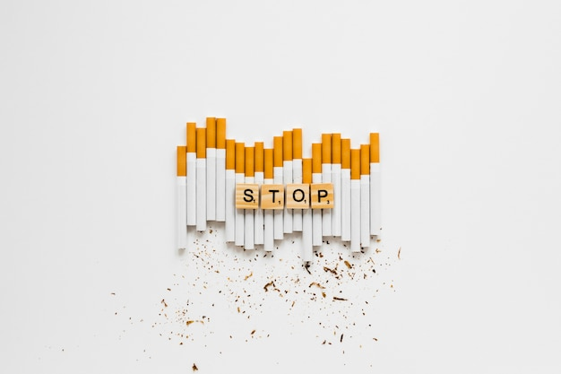 Vista superior palabra con cigarros