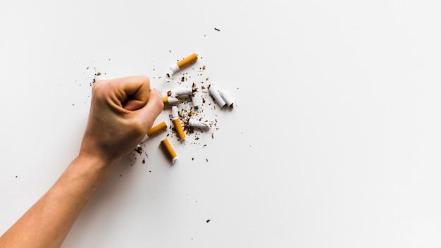 Vista superior palabra colorida con cigarrillos